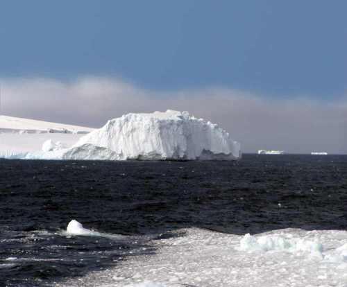 Bouvet eiland in de buurt van Antarctica is een van de meest onbewoonde eilanden ter wereld. Je kunt er als zeezeiler komen, maar de kust is onherbergzaam en moeilijk te bereiken.