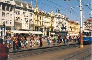 Het centrale plein van Zagreb is doorgaans druk, trams rijden af en aan en de architectuur doet denken aan de vroegere Oostenrijks-Hongaarse overheersers. [Foto: Ferdi den Bakker]