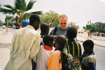 Banjul, Een aantal kinderen verdringen zich om mij heen en duwen en trekken om een snoepje uit de zak. (foto René Hoeflaak)