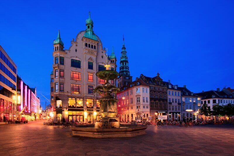 hoogtepunten in Kopenhagen - Amagertorv bij nacht.
