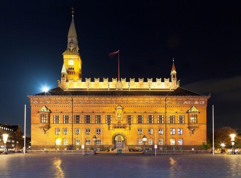 Kopenhagen - Toneel nachtmening van het kasteel van het Stadhuis in de Oude Stad in
