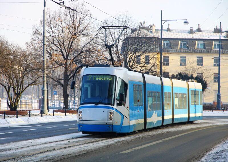 Tram op de straat van Wroclaw, Polen.