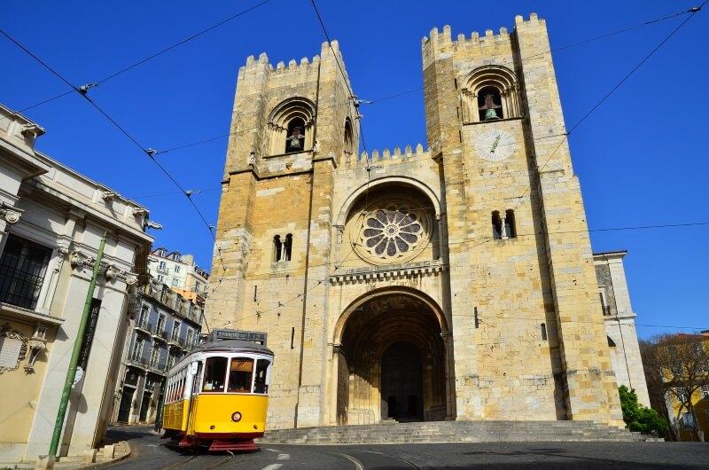 Portugal - De Kathedraal van Se en Gele Tram Lissabon