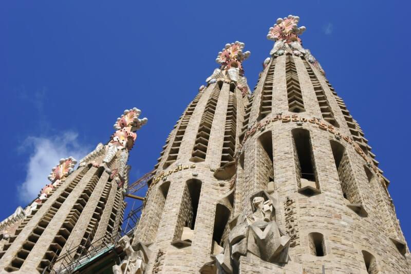 Een glimp van de Sagrada Famiglia, in het centrum van Barcelona.