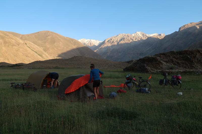 kamperen onderweg naar Qalai Kum