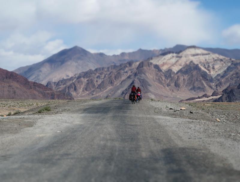 fietsen in een maanlandschap