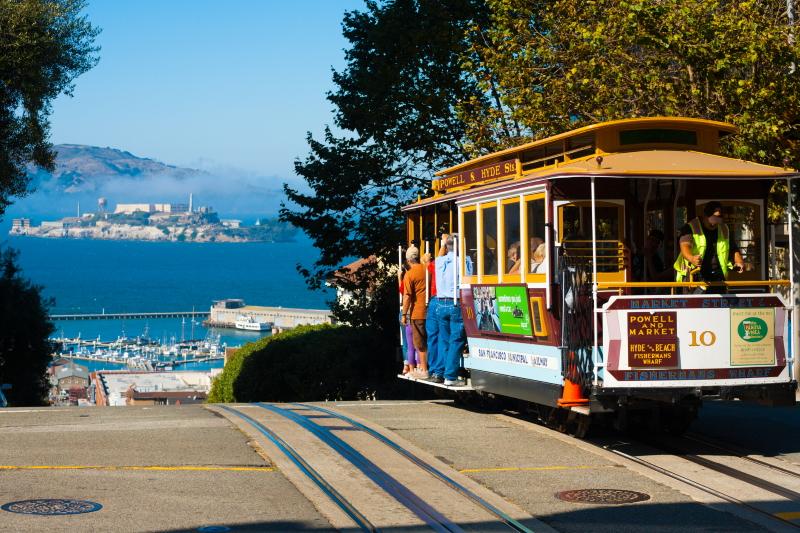 San Francisco, de kabelbaan van de stad met uitzicht op het gevangeniseiland Alcatraz.