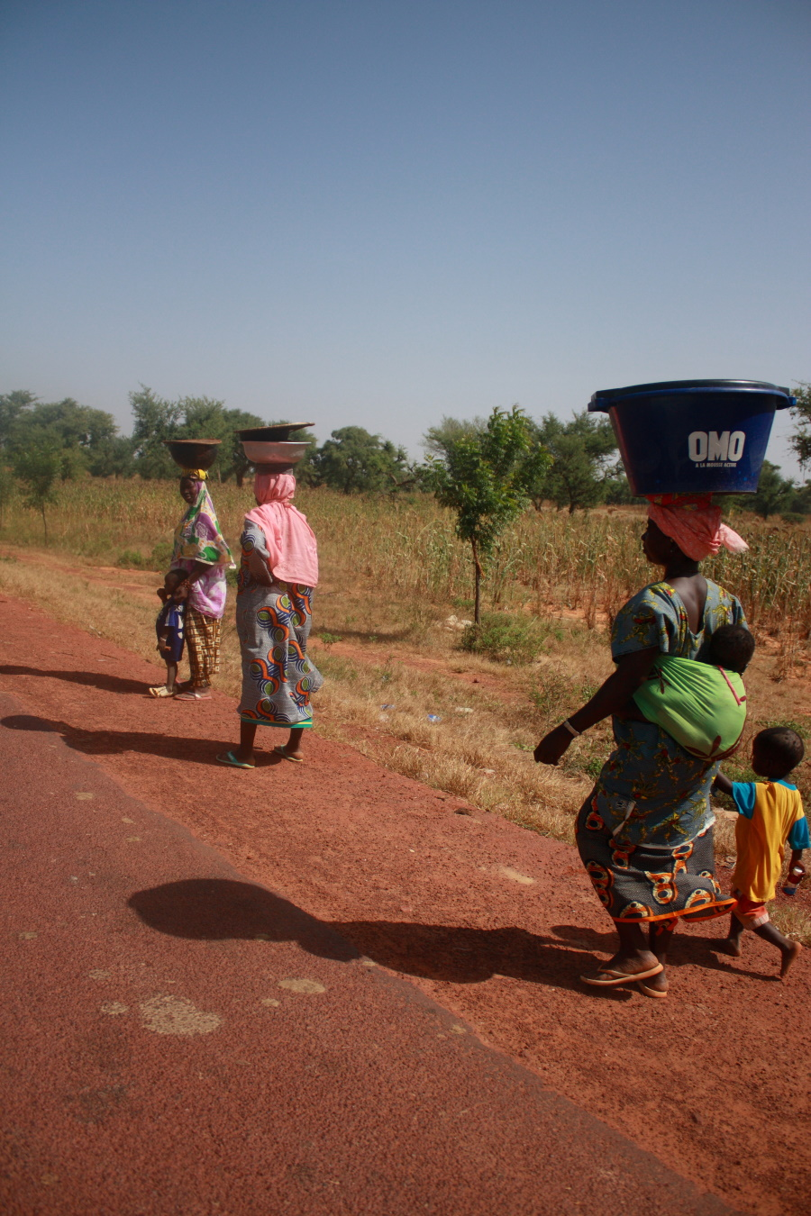 Gabon Afrikaanse vrouwen langs de weg