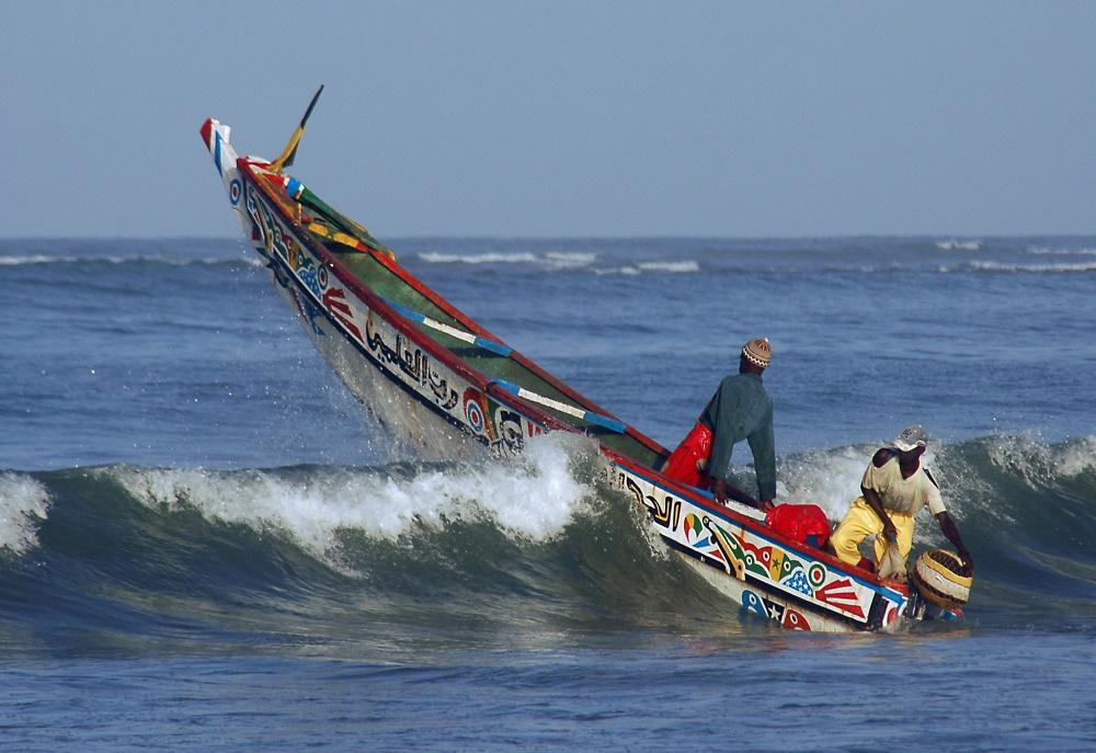 Gambia een vissersboot op zee voor de kust