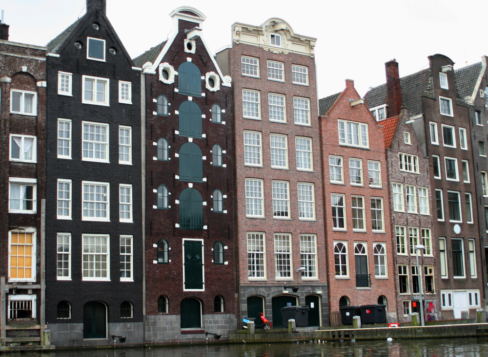 Nederland Amsterdam typische huizen langs het kanaal
